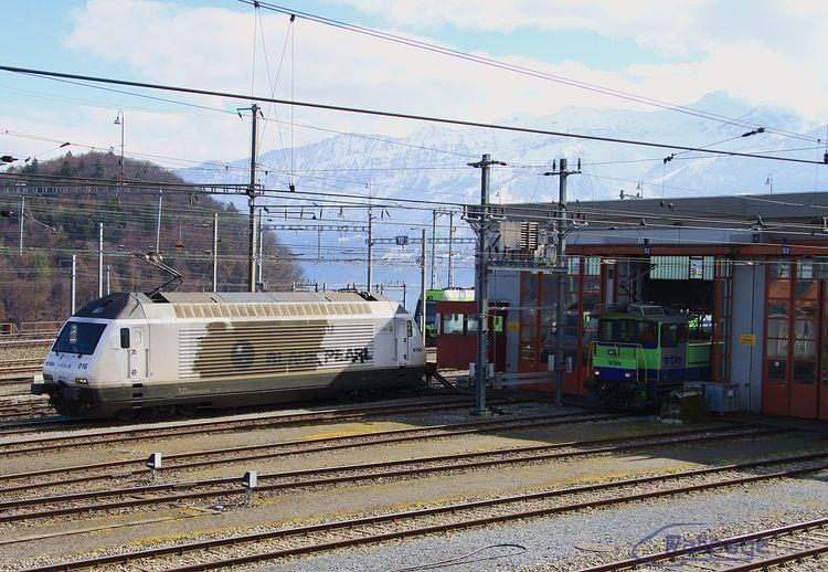 Pohľad na časť hlavného depa BLS v stanici Spiez so strojmi 465 016 a Tea 245 022.