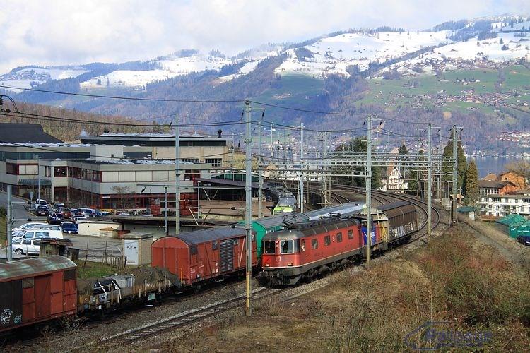 Okolo depa spoločnosti BLS prechádza manipulačný vlak s vedúcou lokomotívou rady Re6/6.