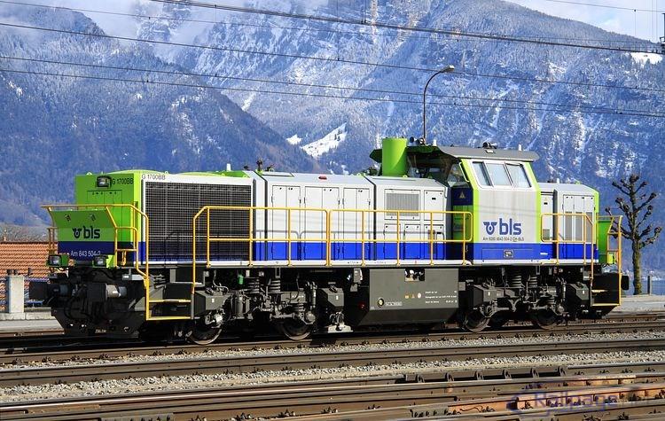 Na opačnom konci stanice Spiez odpočíval dieselhydraulický rušeň 843 504.