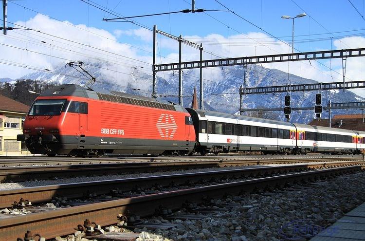 Rušeň 460 026 sunie IC vlak do stanice Spiez.