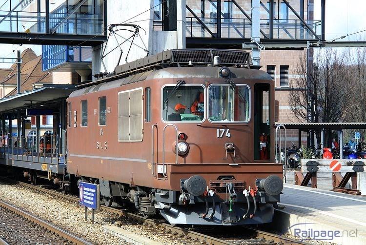 Re4/4 174 BLS pred odchodom zo železničnej stanice Spiez.
