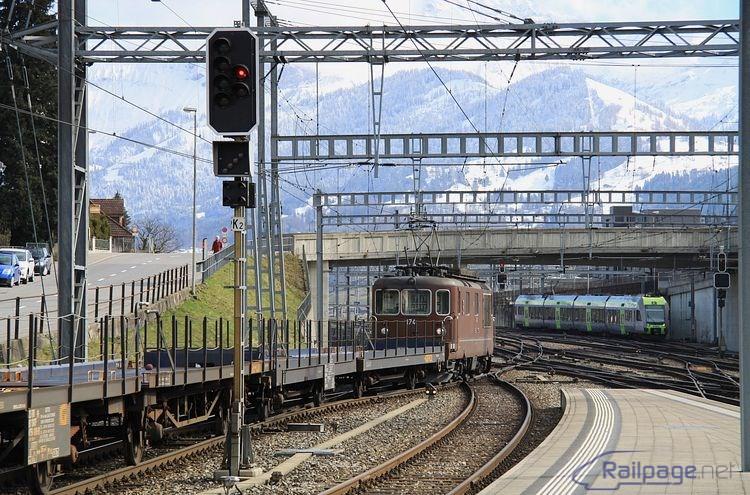 Pohľad na odchádzajúci vlak s loko Re4/4 174 BLS.