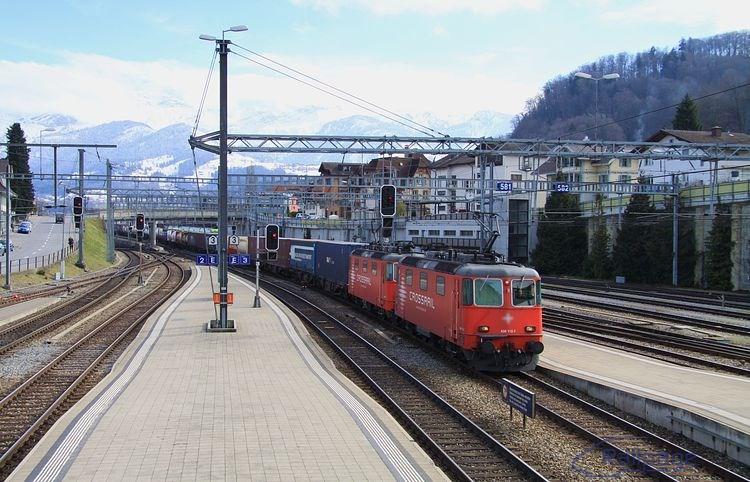 Nákladný vlak spoločnosti CROSSRAIL s lokomotívami rady 436 v žst. Spiez.