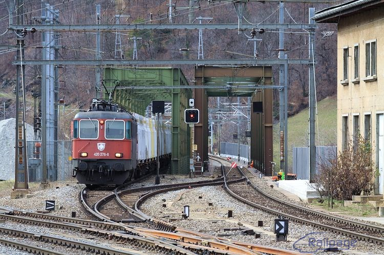 Ucelený nákladný vlak s rušňom 420 276 vchádza do železničnej stanice Brig. Na moste správnej koľaje práve prebiehala výluka a preto vlak išiel proti správnemu smeru.