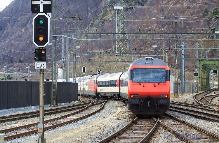 Vratná súprava s poschodovými vozňami v popoludňajšej špičke doplnená o posilové vozne odchádza zo stanice Brig.