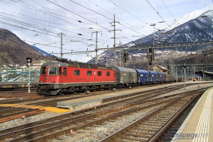 Trojpodvozková elektrická lokomotíva Re6/6 11626 s nákladným vlakom opúšťa Brig.