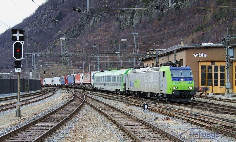 RoLa vlaky, teda vlaky dopravujúce kamióny a návesy, sa na tomto mieste dajú fotografovať často. Jeden takýto vlak je zachytený na vchode od stanice Visp.