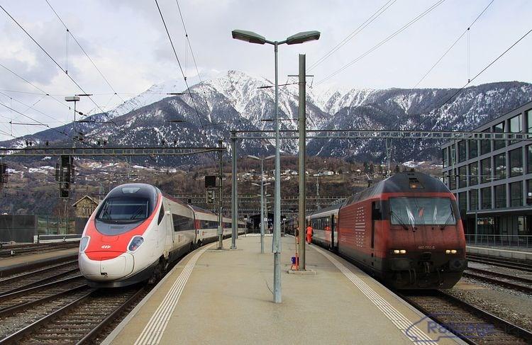 Vysokorýchlostná jednotka Cisalpino a rušeň 460 080 v stanici Brig 27. februára 2014. Na 460-ke sú v činnosti ostrekovače čelných okien, aby ...