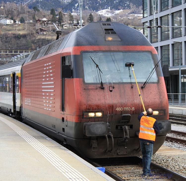 ...aby si mohol fíra podľa potreby umyť okná a dokonale videl na trať. Ostatné potrebné (vedro, kefa s dlhou násadou, voda, saponát atď.) býva pripravené na staniciach tam, kde obvykle stoja hnacie vozidlá alebo riadiace vozy (vo Švajčiarsku, v Nemecku, v Rakúsku).  Na predchádzajúcom zábere sú tieto veci odložené pri trakčnej podpere.
