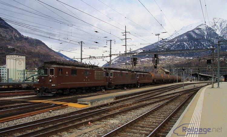 """Ďalšia trojica lokomotív rady Re 4/4 BLS tento raz s ťažkým cisternovým vlakom vyráža """"na kopec"""", pretože cisterny z do nového tunela nesmú."""