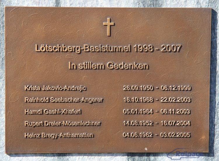Stavba tunela si vyžiadala aj obete na ľudských životoch. Pamätná tabuľa je umiestnená na múre portálu. Česť ich pamiatke!