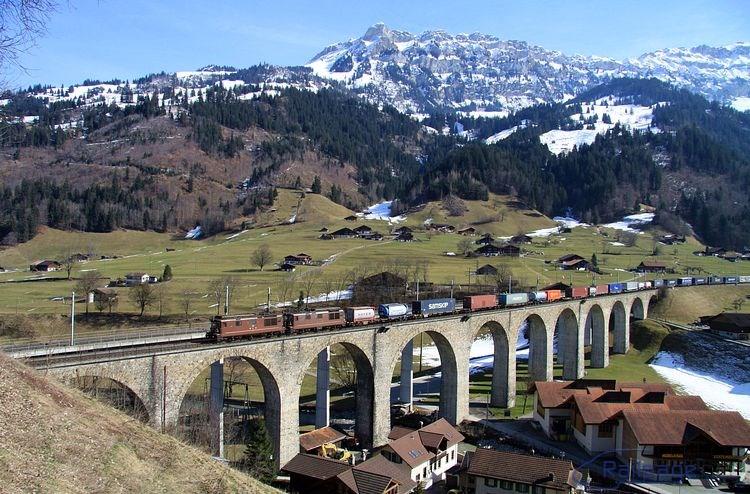Za pôvodným kamenným Kanderviaduktom bol pre druhú koľaj postavený nový most. A ako všetky nové stavby počas zdvojkoľajňovania trate už z betónu. V pozadí sa vypína 2742 metrov vysoký štít Ärmighorn.