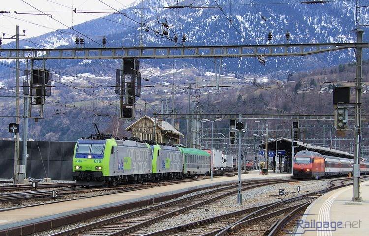 """Za cisternovým vlakom zobrazeným vyššie rozbiehajú rušne 485 010 a 011 taktiež """"na kopec"""" RoLa vlak úctyhodnej dĺžky."""