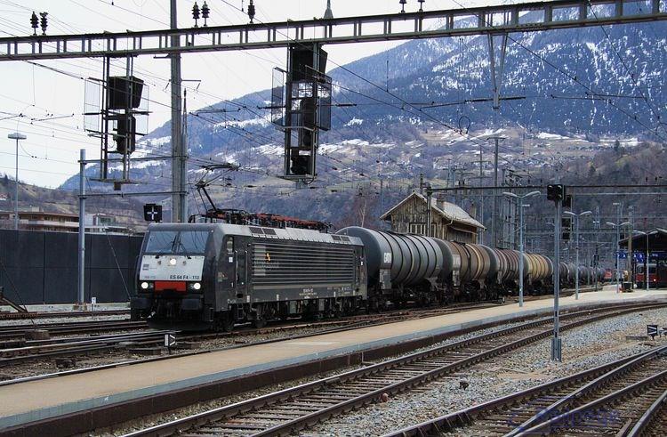 Štvorsystémová ES 64 F4-113, resp. 189 113 odchádza s nákladným vlakom zo železničnej stanice Brig smerom na Visp.
