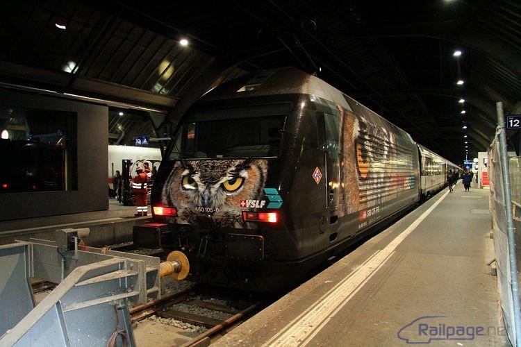 U jedného z mnohých nástupíšť práve zastavila lokomotíva 460 105 v nápaditom reklamnom nátere. Zürich, 27.2.2014