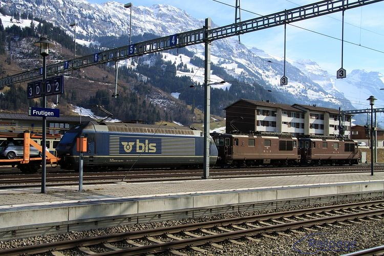 Keď som videl, že do Frutigenu vošiel vlak s lokomotívami Re4/4 187 + 191 a 465 007, potešil som sa. Jeho odchodu som sa však nedočkal, takže nakoniec som bol rád, že som si zhotovil niekoľko záberov z rôznych uhlov pohľadu v stanici s fantastickým pozadím.