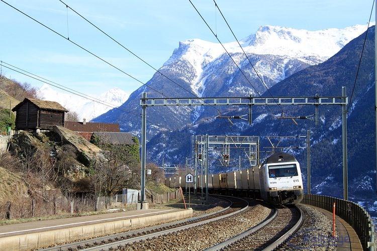Kontajnerový vlak s lokomotívou 465 015 prechádza popoludní 25. februára 2014 železničnou zastávkou Eggerberg.