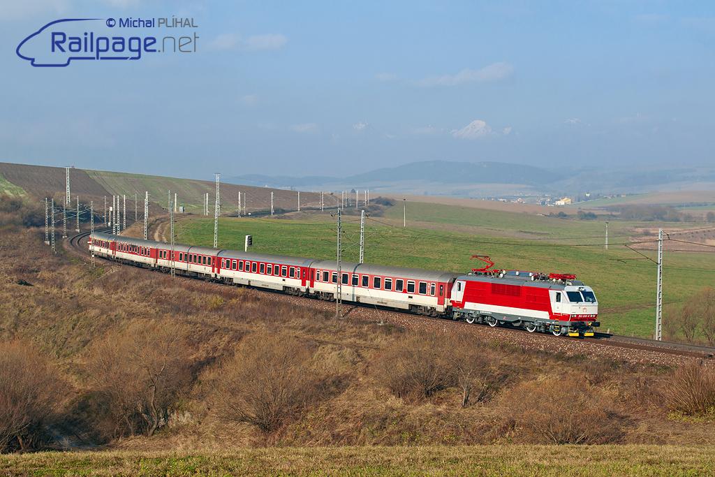 IC 521 na čele s 350.008 prichádza do najväčšej obce na Slovensku - Smižany. Autor: Michal Plíhal