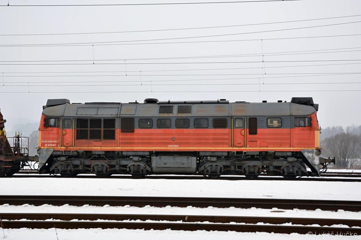 Sergej 628.309 ještě s patrným starým označením se chystá objet soupravu ve stanici Zalaszentiván