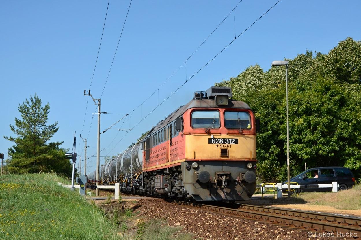 S novými cisternami projíždí zastávku Márkó Segej 628.312