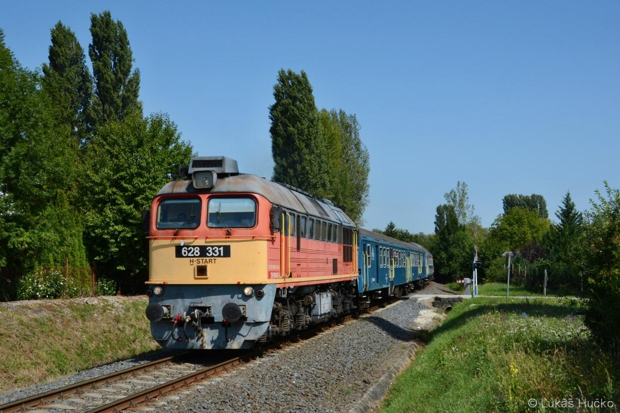 628.331 v čele osobního vlaku kolem Balatonu do Tapioce, zde u Balatonfüzfö