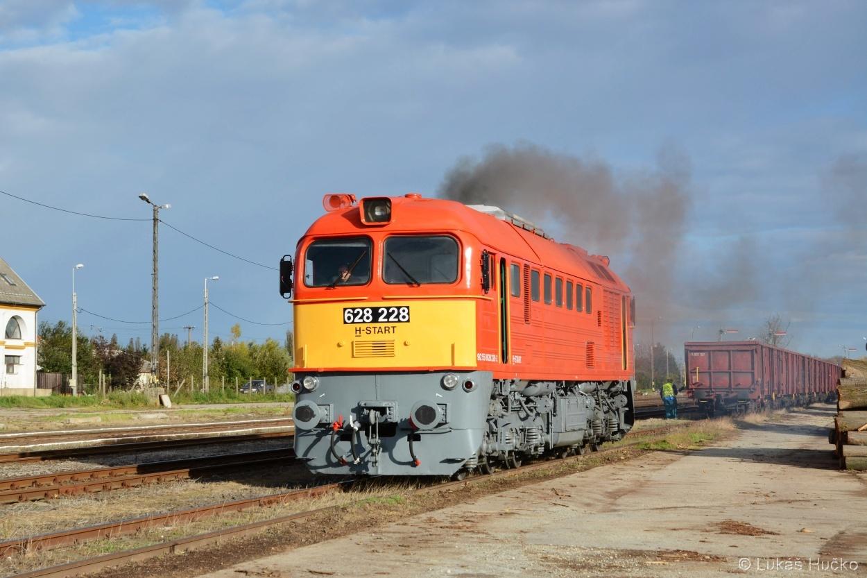 Krasavec 628.228 právě odstavil vozy ve stanici Szigetvár