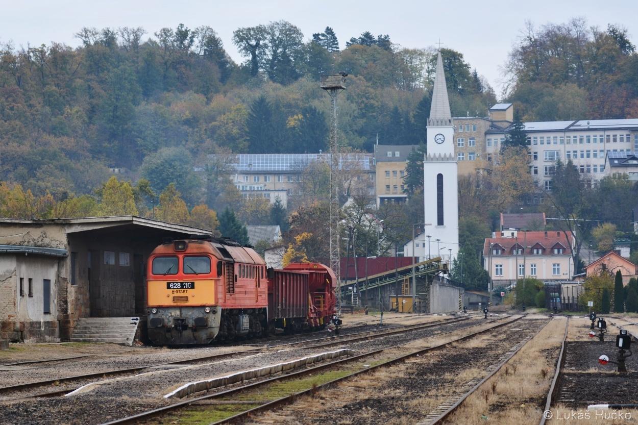 Sergej 628.116 provádí obsluhu konečné stanice Komló