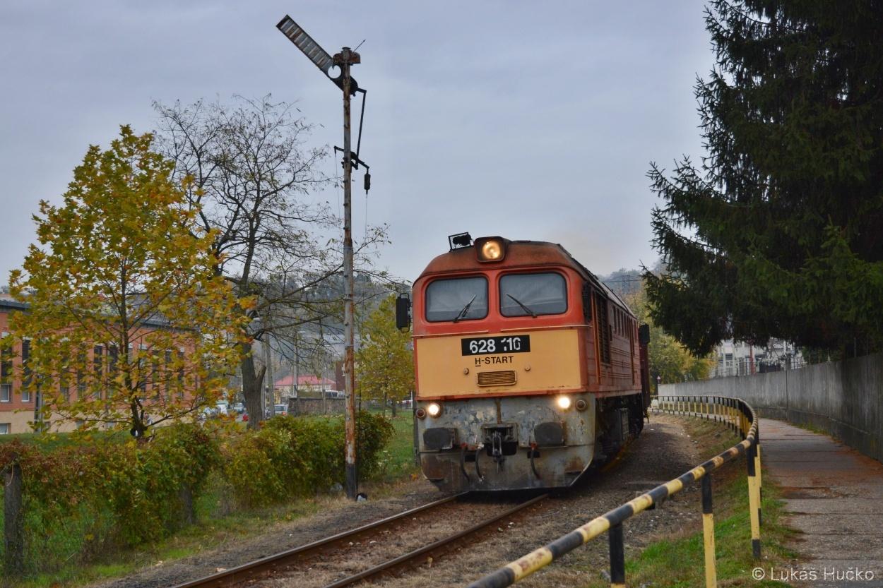 Odjezd nákladního vlaku z Komló