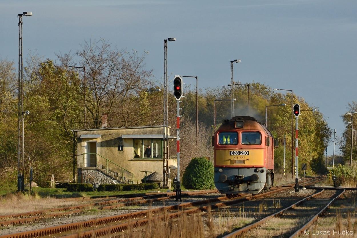 Sergej 628.260 odstavil soupravu v Magyárbóly, a přejíždí na druhý vlak z Chorvatska