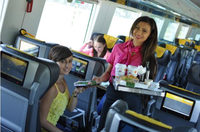 Palubný personál sa bude starať o pohodlie cestujúcich v žltých vlakoch a autobusoch