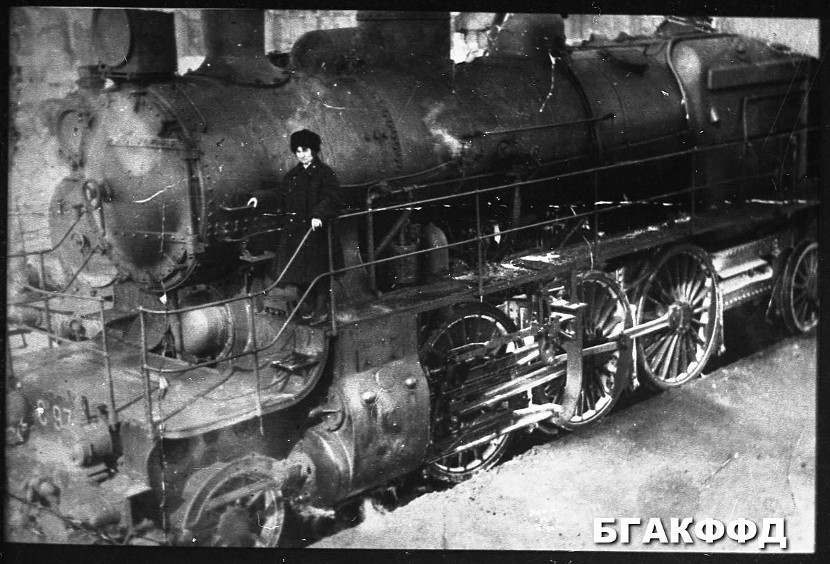 prvá žena rušňovodička na železnici v Bielorusku ktorá riadila ťažké vlaky. foto 1929 rok