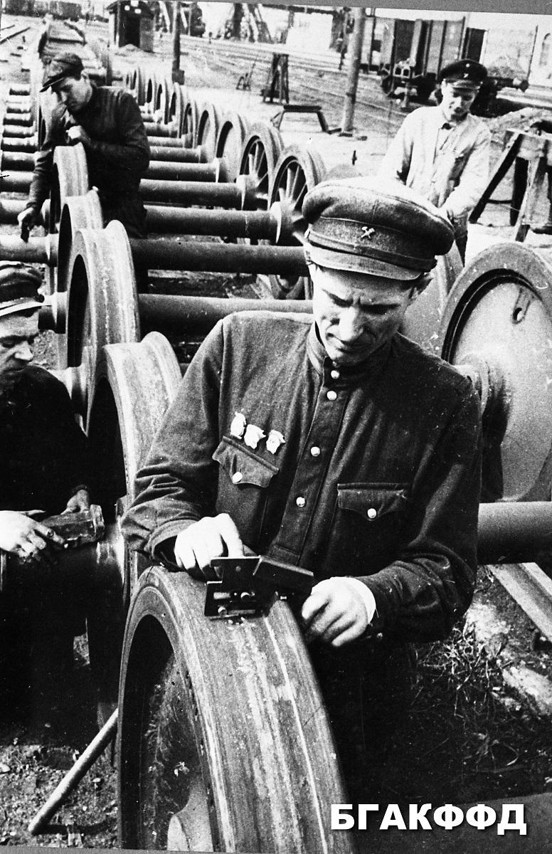 Majster vonovéhoa depa západnej železničnej trate a jeho brigáda opravuje kolesa pre parné vozne, foto Minsk 1948