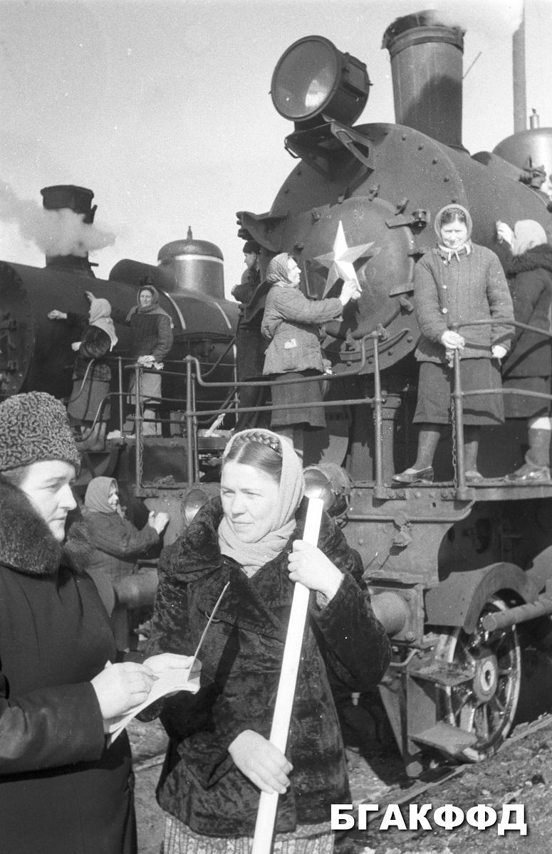 Predseda Oršanského depa a aktivistka - dobrovoľníčka kontrolujú stav koľajiska, foto rok 1951