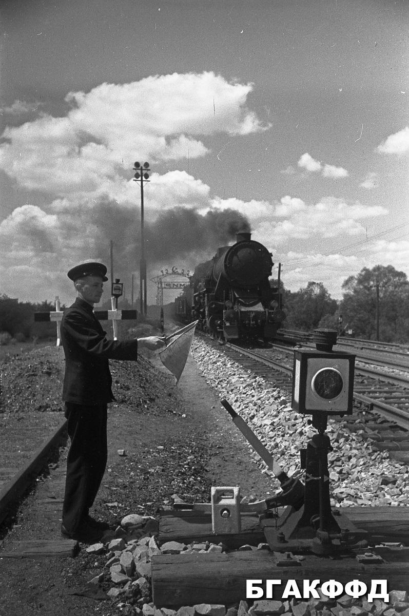 starší výhybkár Brestskej brigády Bieloruskej železnice stretáva vlak z Poľska, foto rok 1957