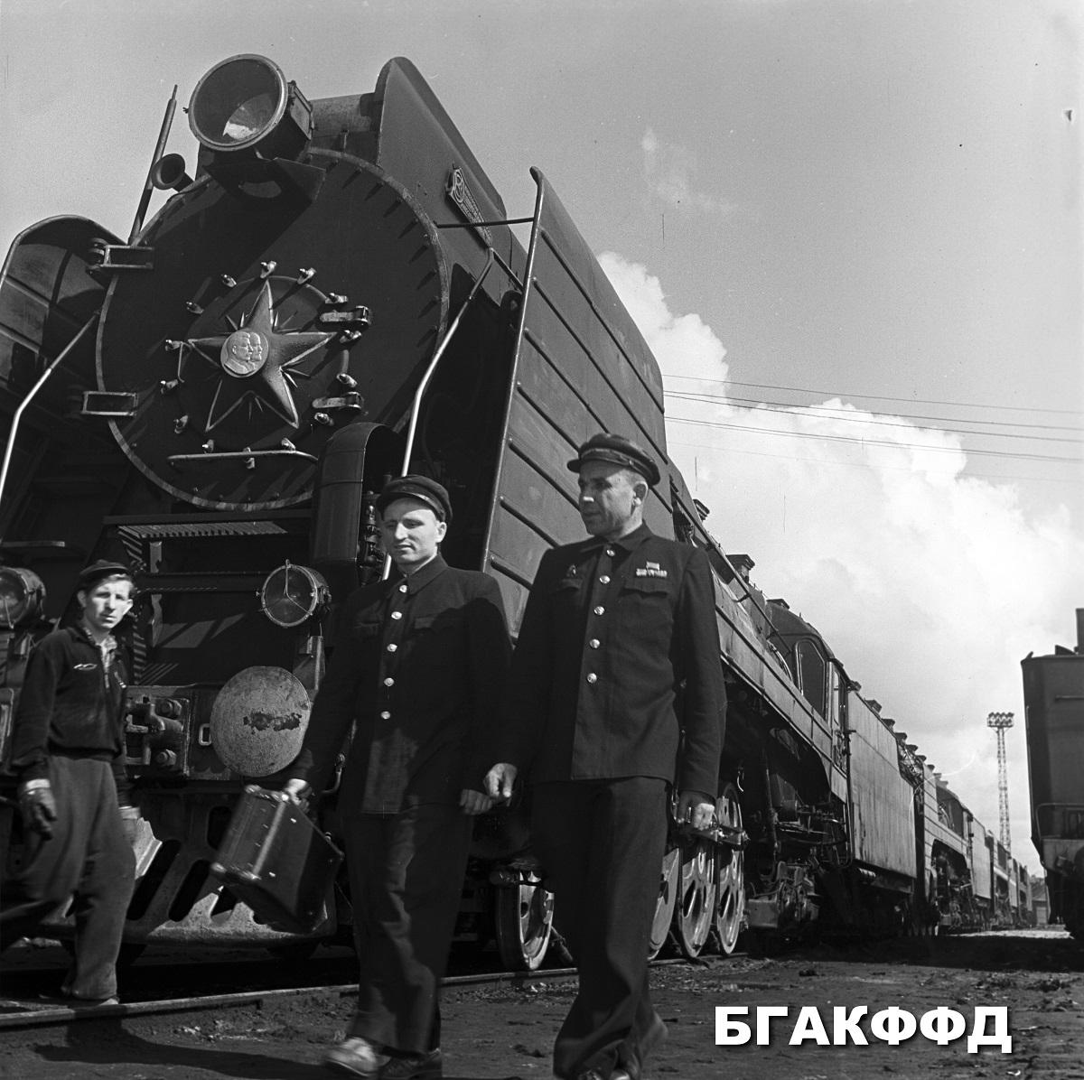 starší rušňovodič stanice Minsk, člen veľkého zhromaždenia BSSR so svojím pomocníkom. rok 1960