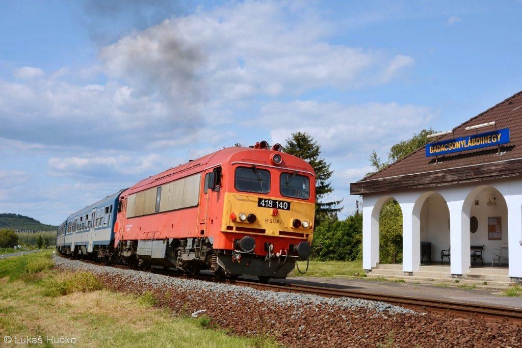 Ze zastávky s extra názvem Badacsonylábdihegy odjíždí osobní vlak se strojem 418.140