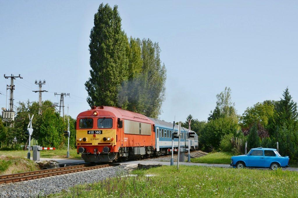 Balatonský osobák se strojem 418.140 přejíždí přes jeden z mnoha přejezdů u Balatonfűzfő