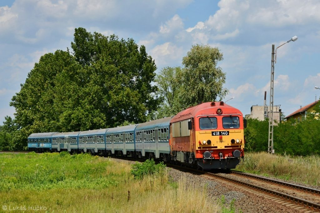 Balatonský osobní vlak v čele s Čorgem 418.140 u zastávky Nemesgulács