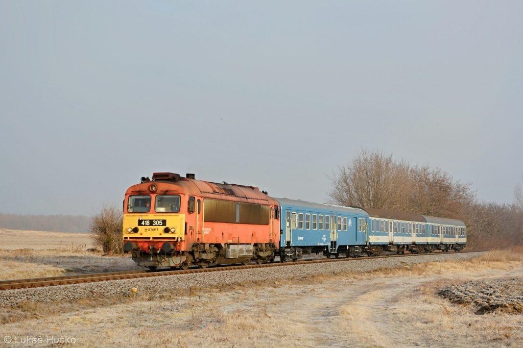 Čorgo 418.305 s osobním vlakem Györ – Celldömölk před zastávkou Halipuszta