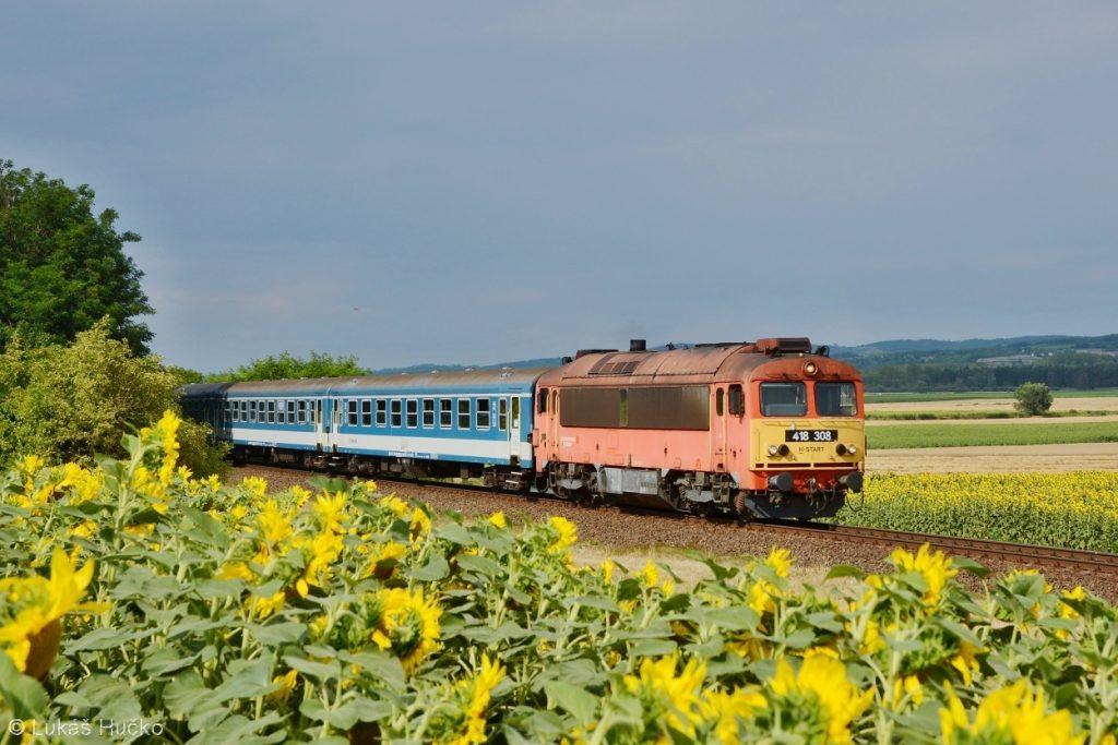 Čorgo 418.308 přiváží osobní vlak do zastávky Halipuszta