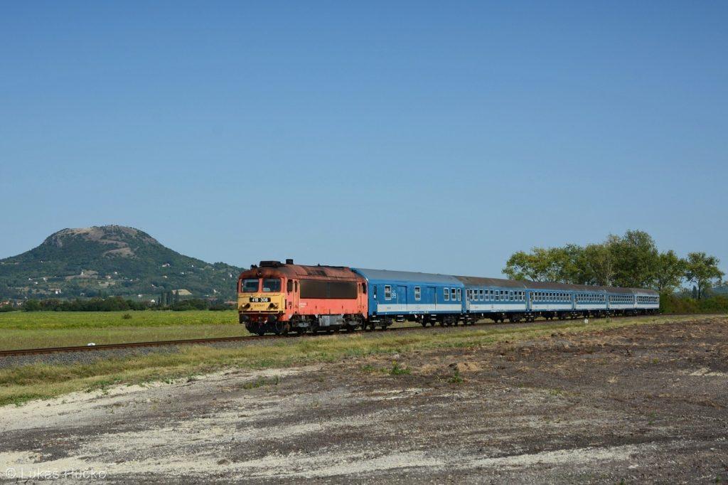Před cílovou stanicí Tapolca je zachycen osobní vlak s 418.308