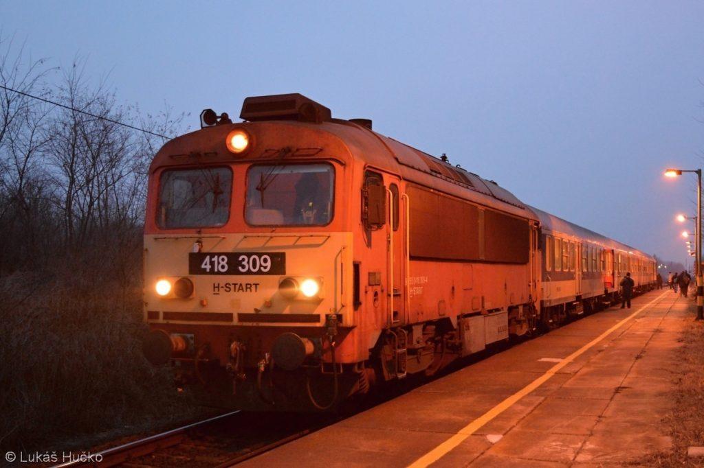 Podvečerní odjezd osobního vlaku 9204 Györ – Celldömölk ze zastávky Gyömöre Tét