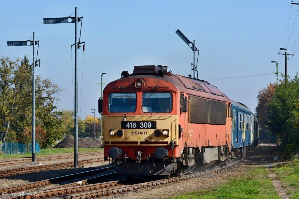 Kvůli výluce ve stanici Vinár odjíždí osobní vlak po křižování z krajní koleje