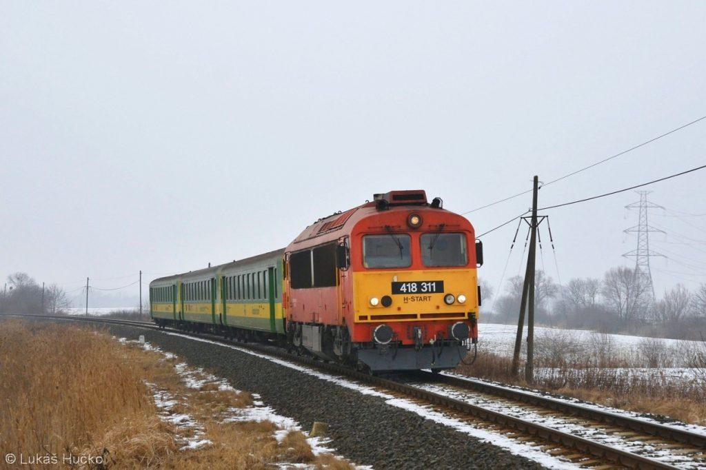 Čorgo 418.311 v čele zrychleného vlaku 8902 Sopron – Pécs nedaleko Alsónemesapáti