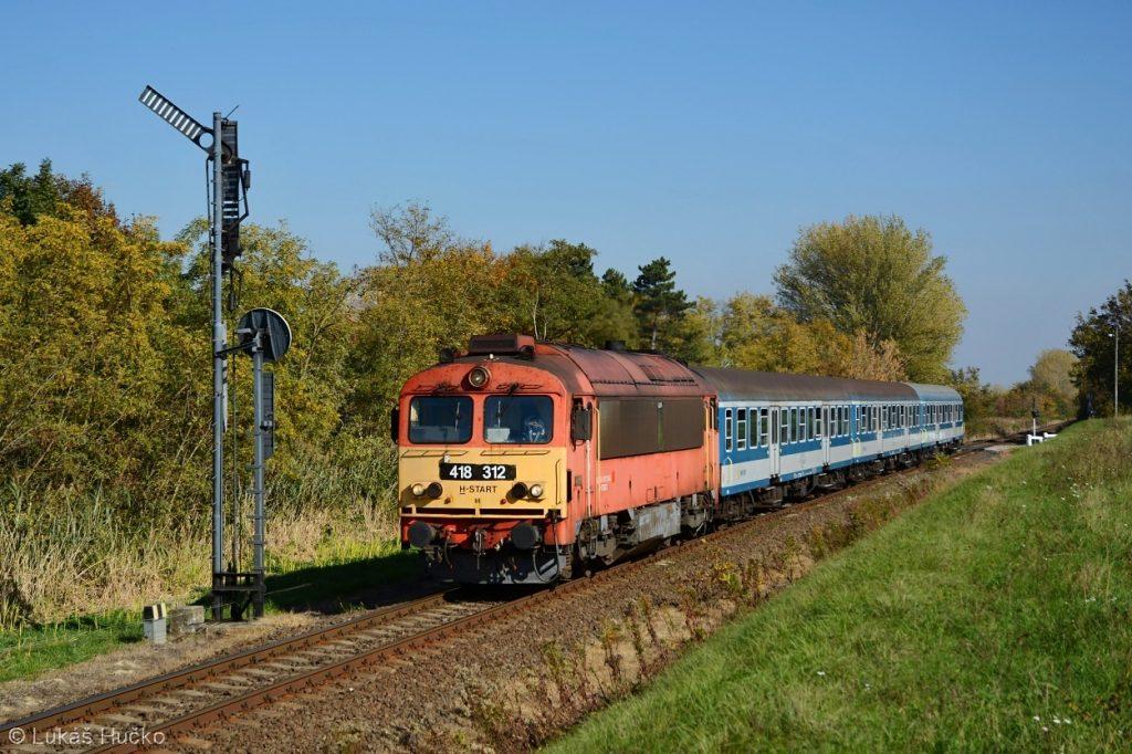 Do stanice Mezőlak přijíždí osobní vlak z Györu