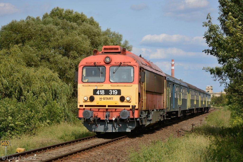 Z Pápy odjíždí Osobní vlak do Celldömölku s 418.319 v čele