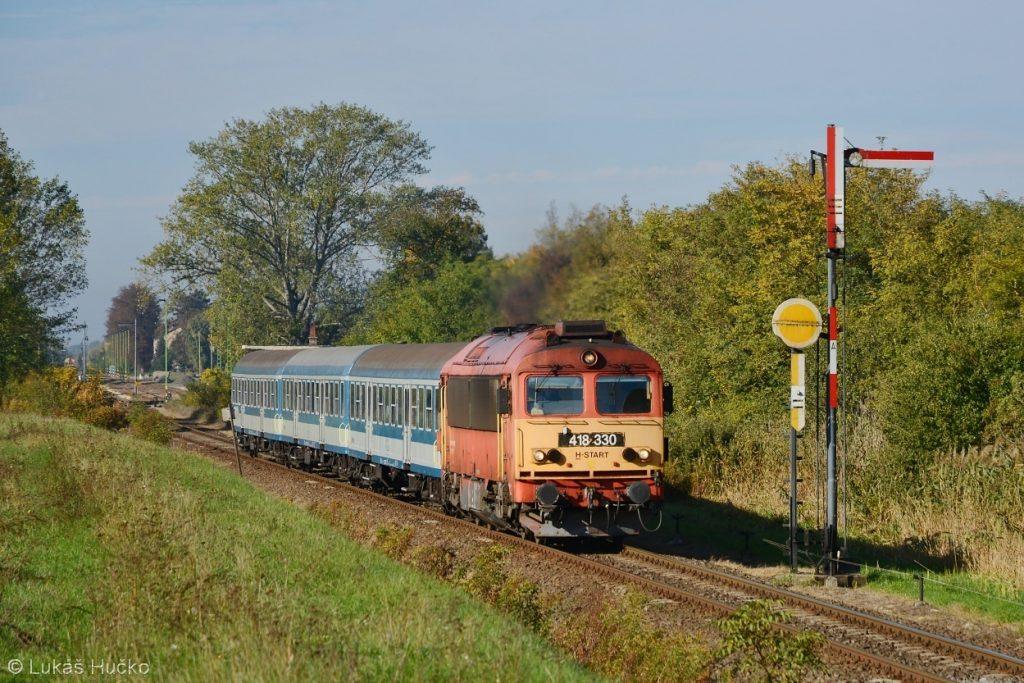 Ze stanice Mezőlak odjíždí osobní vlak do Györu s Čorgem 418.330