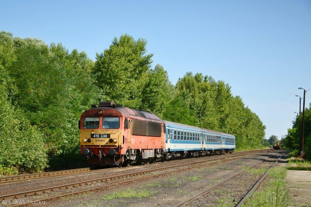 Čorgo 418.330 odjíždí ze stanice Vaszar
