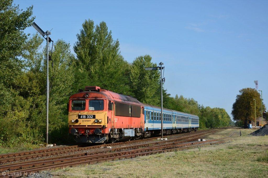 Čorgo 418.332 odjíždí ze stanice Vaszar, která je jako několik jiných na této trati vybavena mechanickými návěstidly
