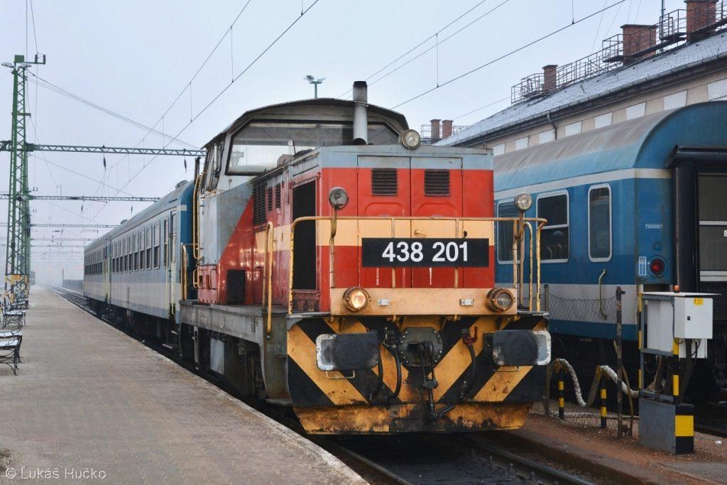 Dácia 438.201 provádí posun ve stanici Celldömölk